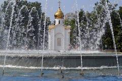 阿纳帕,俄罗斯- 2016年7月28日:在正统教堂的看法中心广场的在市阿纳帕 免版税库存图片