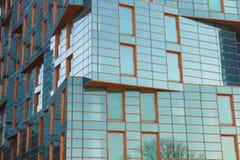 阿纳帕,克拉斯诺达尔地区,俄罗斯- 3月03 2017年:豪华住宅复合体的青橙色玻璃门面 免版税库存照片