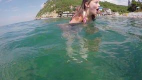 阿纳帕- 2017年8月30日:白种人白肤金发的青少年的女孩潜水到底部 红海射击水下的西奈 股票录像