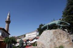 阿纳托利安豹子雕象和无背长椅家在Beypazari 库存照片