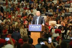 阿纳海姆加利福尼亚, 2016年5月25日:数千支持者,波浪标志和显示他们的支持总统候选人唐纳德J 图库摄影