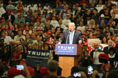 阿纳海姆加利福尼亚, 2016年5月25日:数千支持者,波浪标志和显示他们的支持总统候选人唐纳德J 免版税库存图片