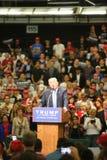 阿纳海姆加利福尼亚, 2016年5月25日:数千支持者,波浪标志和显示他们的支持总统候选人唐纳德J 免版税图库摄影