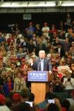 阿纳海姆加利福尼亚, 2016年5月25日:数千支持者,波浪标志和显示他们的支持总统候选人唐纳德J 库存照片