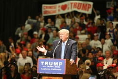阿纳海姆加利福尼亚, 2016年5月25日:数千支持者,波浪标志和显示他们的支持总统候选人唐纳德J 库存图片
