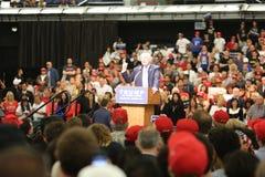 阿纳海姆加利福尼亚, 2016年5月25日:数千支持者,波浪标志和显示他们的支持总统候选人唐纳德J 免版税库存照片