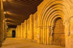 阿维拉,西班牙, 2016年4月- 19日:大教堂与传道者的de钦琼特佩克火山门廓和南部罗马式门户1130 免版税库存照片
