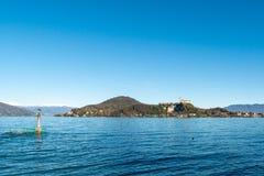 阿罗纳湖边,山麓,以Rocca二安杰拉为目的,伦巴第,马焦雷湖 免版税库存图片