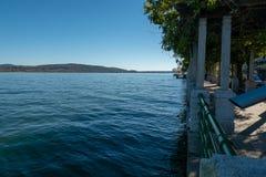阿罗纳湖边,马焦雷湖,有水位高的意大利,被充斥在大雨以后 免版税图库摄影