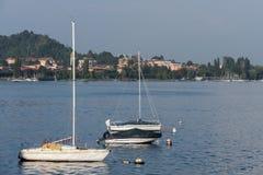 阿罗纳,意大利欧洲- 9月17日:游艇被停泊在Arona湖 图库摄影