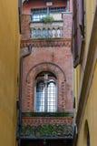 阿罗纳,意大利欧洲- 9月17日:老大厦在Arona湖 免版税库存图片