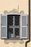 阿罗纳,意大利欧洲- 9月17日:老窗口在Arona湖Ma 免版税库存照片