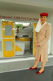 阿联酋国际航空阿联酋国际航空摊的空服员在美国公开赛期间的比利・简・金国家网球中心2013年 免版税库存图片