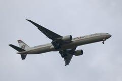 阿联酋联合航空波音777为登陆下降在JFK国际机场在纽约 免版税库存照片