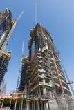 阿联酋,迪拜, 05/21/2015, Damac由头等、建筑和大厦与都市风景的ariel视图耸立迪拜 免版税库存图片