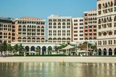 阿联酋,阿布扎比, 2017年, 6月10日:里茨卡尔顿旅馆海滩 库存照片