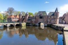 阿莫斯福特中世纪镇墙壁Koppelpoort和Eem河 库存图片