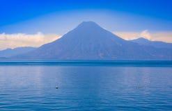 阿蒂特兰湖美好的风景,是总计的最深的湖有最大深度的中美洲的大约340 库存图片