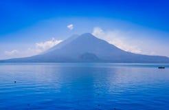 阿蒂特兰湖美好的风景,是总计的最深的湖有最大深度的中美洲的大约340 免版税库存图片