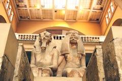 阿蒙霍特普三世和女王Tiye巨大的雕象在埃及博物馆在开罗在埃及 免版税库存图片
