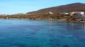 阿西纳拉岛海岛在撒丁岛,在轮渡的到来 强烈的蓝色海水 大厦在自然公园 免版税库存照片