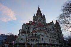 阿西西圣弗朗西斯的教会在维也纳,多瑙河的银行的 库存照片