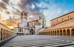 阿西西圣法兰西斯大教堂日落的在阿西西,翁布里亚,意大利 免版税库存图片
