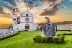 阿西西圣法兰西斯大教堂日落的,翁布里亚,意大利 免版税库存图片