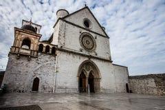 阿西西圣法兰西斯大教堂有更低的广场的在阿西西, I 免版税库存图片