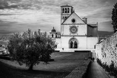 阿西西圣法兰西斯大教堂有更低的广场的在阿西西, I 库存图片