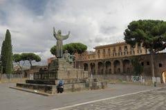 阿西西圣法兰西斯雕象在罗马,意大利 免版税库存图片