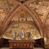 阿西西Basilica Papale di有更低的广场的圣弗朗切斯科圣法兰西斯内部著名大教堂日落的在阿西西,翁布里亚, 免版税图库摄影