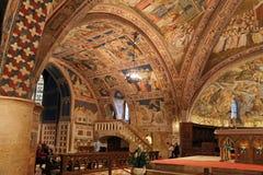 阿西西Basilica Papale di有更低的广场的圣弗朗切斯科圣法兰西斯内部著名大教堂日落的在阿西西,翁布里亚, 免版税库存照片