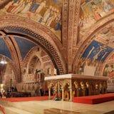 阿西西Basilica Papale di有更低的广场的圣弗朗切斯科圣法兰西斯内部著名大教堂日落的在阿西西,翁布里亚, 库存照片