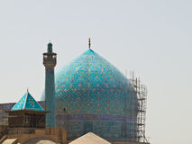阿訇清真寺圆顶和尖塔在伊斯法罕,伊朗 免版税库存照片