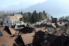 阿讷西市、屋顶、教会和湖,开胃菜,法国 免版税库存照片