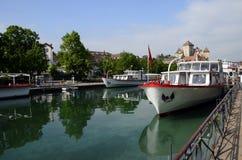 阿讷西市、Thiou运河、小船和城堡,开胃菜,法国 库存图片