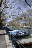 阿讷西市、Thiou运河和小船,开胃菜,法国 免版税库存照片