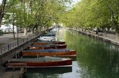 阿讷西市、Thiou运河和木小船,开胃菜,法国 免版税库存图片