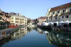 阿讷西市、Thiou运河和艺术市场,开胃菜,法国 库存照片