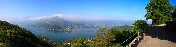 阿讷西湖全景在法国 库存图片