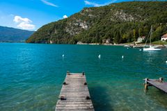 阿讷西美丽的湖在法国阿尔卑斯 免版税库存照片