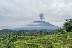 阿贡火山在米附近的爆发视图调遣,巴厘岛 库存图片