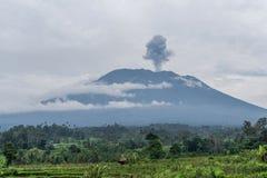 阿贡火山在米附近的爆发视图调遣,巴厘岛 免版税库存图片