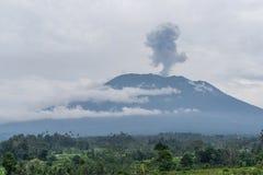 阿贡火山在米附近的爆发视图调遣,巴厘岛 免版税图库摄影
