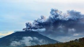 阿贡火山火山爆发 巴厘岛-印度尼西亚, 2017年11月28日 免版税库存图片