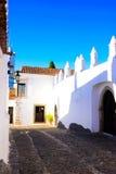 阿连特茹典型的五颜六色的古雅狭窄的街道,旅行葡萄牙 免版税图库摄影