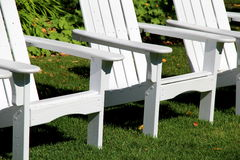 阿迪朗达克椅子三重奏在家草坪的  免版税图库摄影