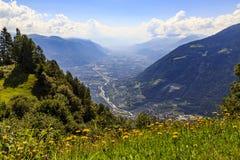 阿迪杰谷在Meran,意大利附近的南蒂罗尔 免版税图库摄影