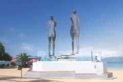 阿里和Nino雕象巴统的堤防的 乔治亚,巴统的标志 免版税图库摄影